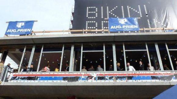 Beim Richtfest auf dem Bikini-Berlin-Areal gab es für die Gäste Getränke, Musik und einen Blick auf den Stand der Bauarbeiten.