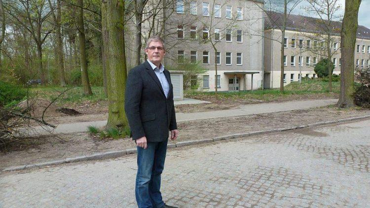 Andreas Dahlke vor dem Gebäude, aus dem nach der Sanierung ein Bildungszentrum werden könnte.