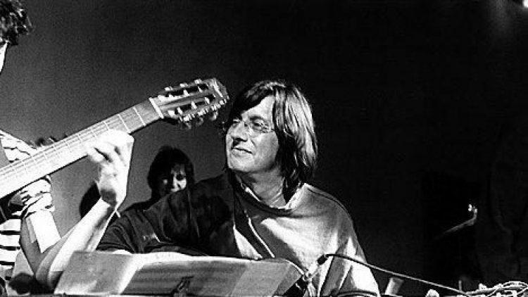 Birger Heymann spielt Gitarre im Gripstheater.