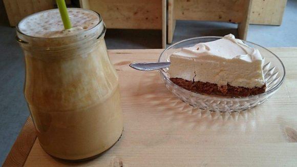Der Eiskaffee wird in einer Art Marmeladenglas serviert.