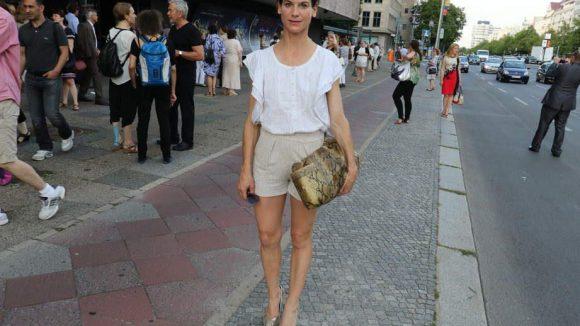 Schauspielerin Bibiana Beglau im sommerlichen Look bei der Ankunft vor der Deutschen Oper.