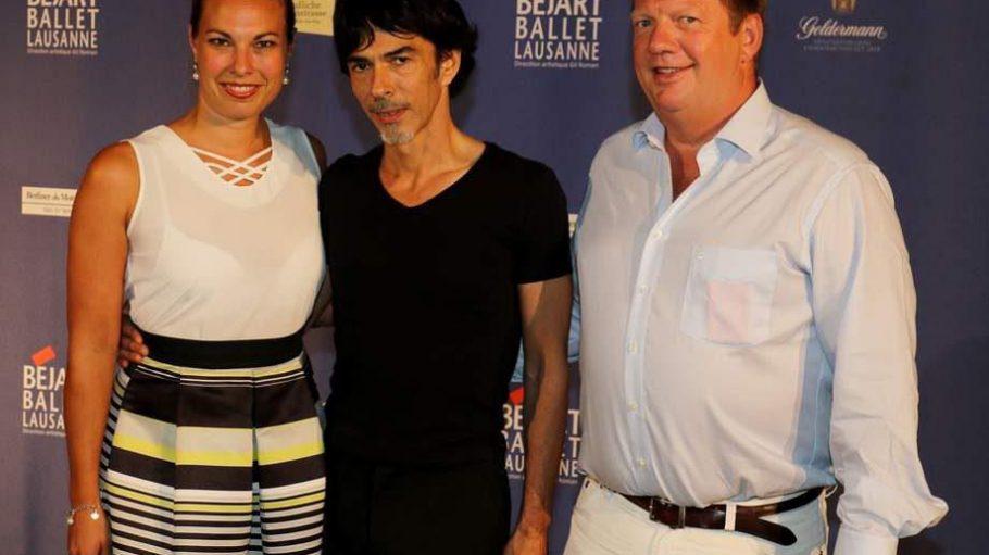 Als künstlerischer Leiter bringt Gil Roman (Mitte) das Béjart Ballet für ein Gastspiel auf die Bühne der Deutschen Oper. Eingerahmt wird er von den Tour-Organisatoren von BB-Promotion, Kristina Keienburg und Ralf Krokemüller.