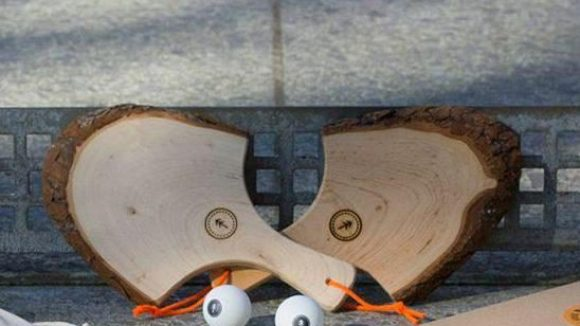 """Die Tischtenniskellen von """"Black Forest Pong"""" sind aus einem besonderen Holz geschnitzt."""