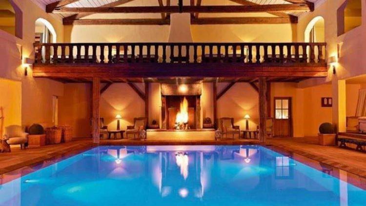Kamin und Schwimmbecken machen die Enstpannung im Bleiche Ressort perfekt.