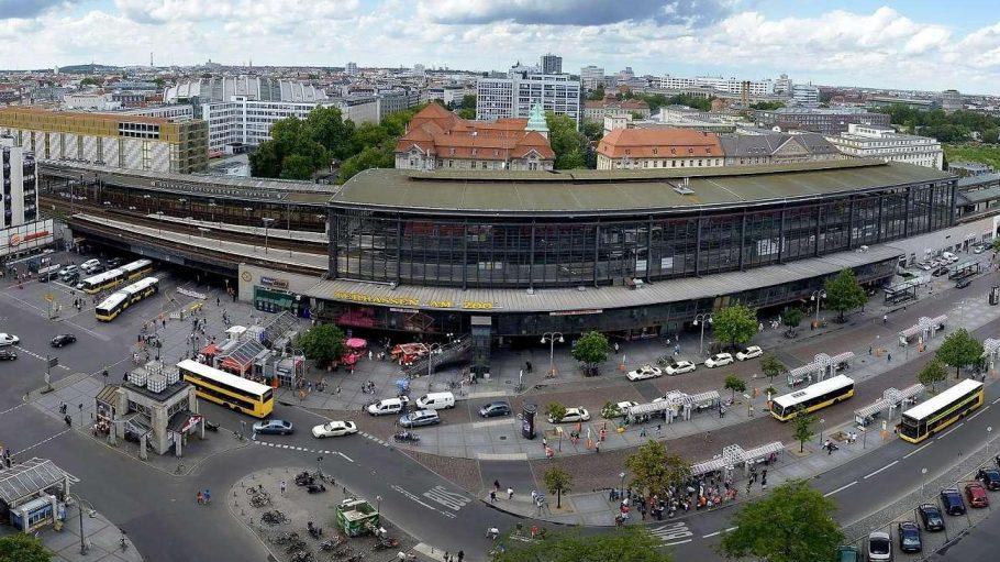 Der Hardenbergplatz. Ein ziemliches Durcheinander vor dem Bahnhof Zoo.