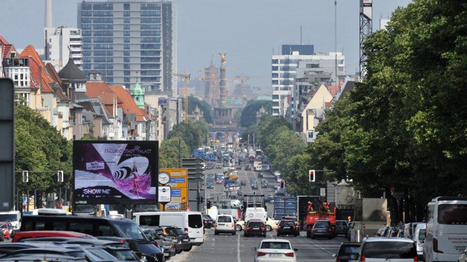Blick vom Theodor-Heuss-Platz den Kaiserdamm herunter in Richtung Brandenburger Tor.