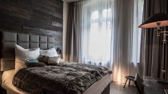 Seit Mitte Oktober hat das Chrome Cottage geöffnet. Ein Blick in das Standardzimmer zeigt den Mix aus Holz, Fell, Leder und modernen Lampen.