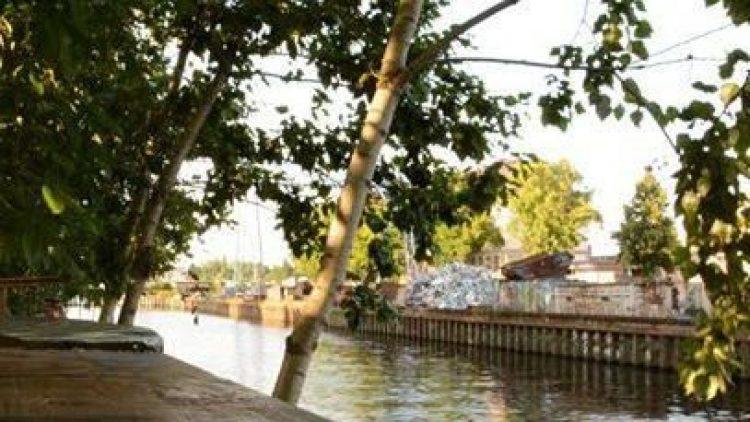 Blick auf den Schifffahrtskanal beim Baum Haus Open Air.