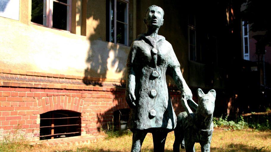 Skulptur von Mensch mit Blindenhund vor Blinden-Museum in Steglitz