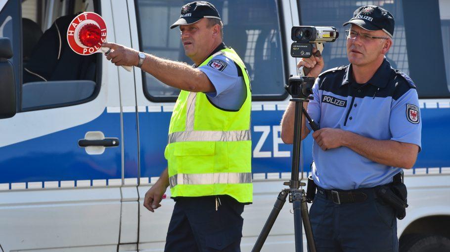 Da, schon wieder einer! Die Polizei wird nun auch an der Hardenbergstraße öfter stehen.