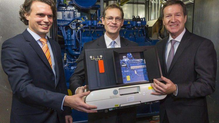 Männer und Technik. Tobias Dreißigacker, Michael Müller und Michael Geißler (v.l.) mit einem Modell vor dem echten Blockheizkraftwerk im St. Joseph Krankenhaus.
