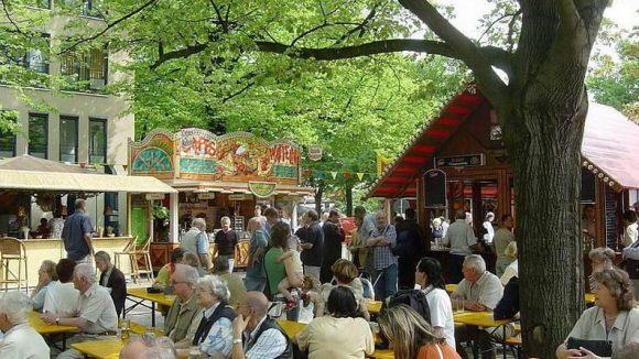 Die grünste Einkaufsstraße Berlins, die Bölschestraße in Friedrichshagen, wird am Wochenende zu einer 1,2 Kilometer langen Spaßmeile.
