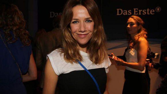 """Breitestes Grinsen des Abends: Schauspielerin Alexandra Neldel (""""Verliebt in Berlin"""")."""