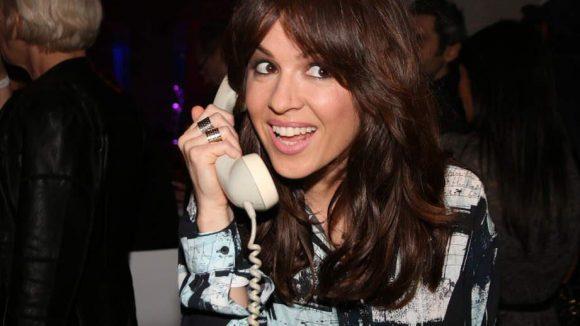 """Natalia Avelon (""""Das wilde Leben"""") führte ihr neues Smartphone vor."""