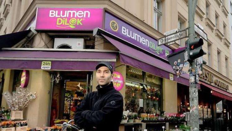"""Der Geschäftsführer Bircan Er vor seinem Blumenladen """"Dilek""""."""