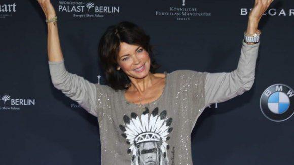 Was will uns Schauspielerin Gerrit Kling mit dieser Geste wohl sagen?