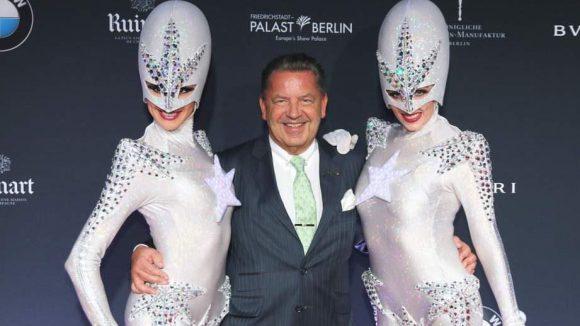 Noch mal Aliens: Hier nehmen sie Jörg Wolter von KPM in die Mitte.