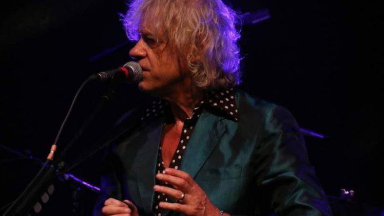 """Der Meister und Star des Abends: Bob Geldof. Der 64-Jährige spielte nach 13 Songs sogar noch eine Zugabe und nutzte den Abend, um Geld für das Hilfprojekt """"Medizin hilft Flüchtlingen"""" zu sammeln."""