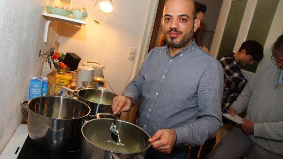 Bohnig im Topf. Assali bereitet in einer WG-Küche das Essen vor.