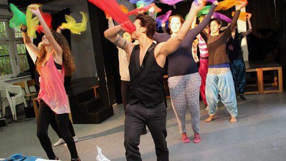 Beim Musical sind AkteurInnen mit verschiedenen Migrationshintergründen beteiligt.