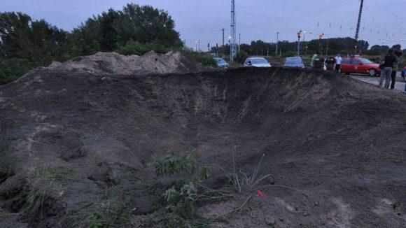 Ein Bombentrichter in Oranienburg nach der gezielten Sprengung einer Bombe an der Fundstelle.