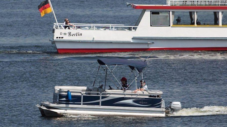 Den Wannsee teilen sich große und kleine Boote - meistens, aber nicht immer funktioniert das reibungslos.