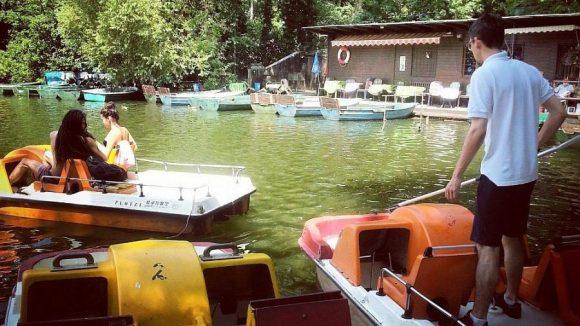 Hier werden Tretboote vermietet, denen man ihr Alter ansieht.