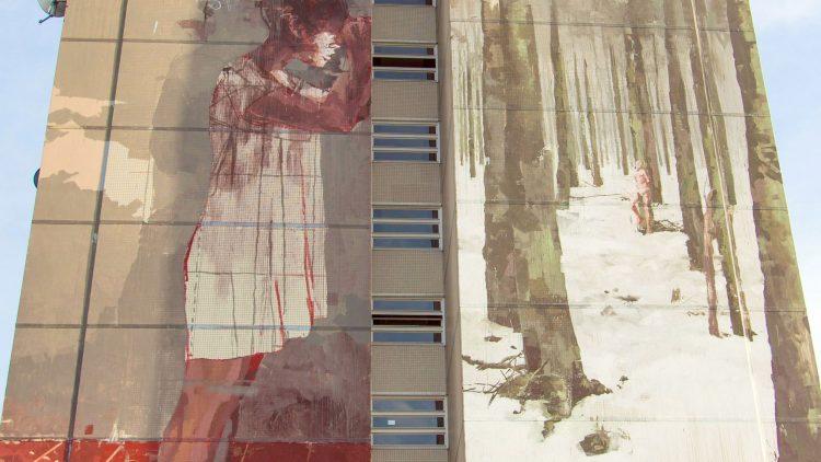 Das 42 Meter hohe Kunstwerk des spanischen Street Art-Künstlers Borondo am Hochhaus an der Neheimer Straße in Tegel. Es ist Teil einer Ausstellung der Urban Nation Galerie.