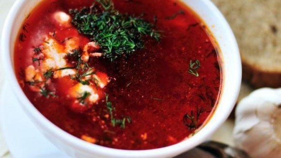 Ein Klassiker der russisch-ukrainischen Küche: Borschtsch, eine Rote Beete-Suppe, die es mit oder ohne Fleisch gibt.