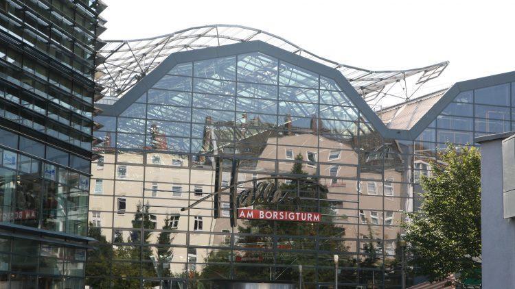 Von außen mit hübscher Glasfassade