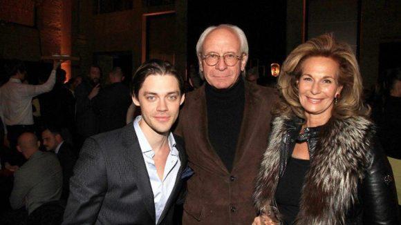 """Waren gerade mit ihrem Film """"Der Medicus"""" in aller Munde: der britische Schauspieler Tom Payne und Produzent Wolf Bauer mit Ehefrau Katharina (v.l.)."""