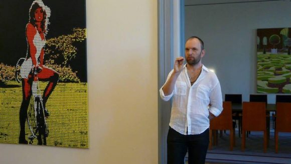 In der Botschaft werden Wechselausstellungen mit Werken estnischer Künstler gezeigt. Aktuell ist eine moderne Ausstellung von Künstler Andro Kööp zu sehen.