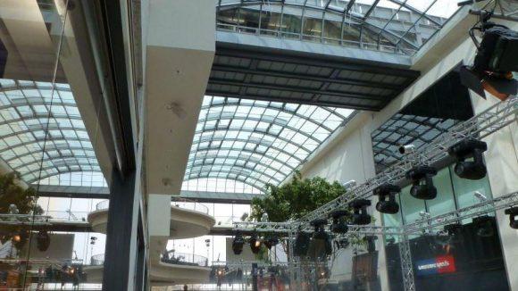 Herzstück des Centers ist die glasüberdachte Promenade, die an Stelle der früheren Treitschkestraße zu finden ist.