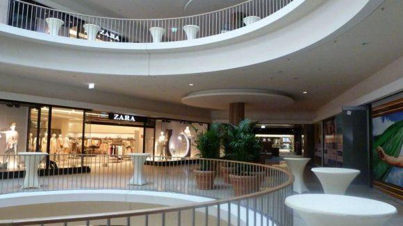 Die Stehtische stehen für den Empfang bereit. Ansonsten wurde in der Architektur des Centers viel Wert auf runde Formen und einen städtischen Charakter gelegt.