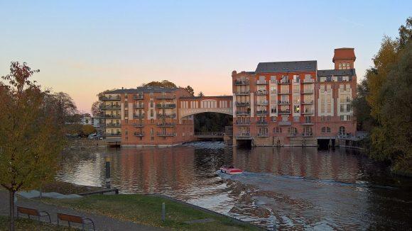 Abendlicher Blick auf den Domstreng, einen der zahlreichen Nebenarme der Havel in Brandenburg.
