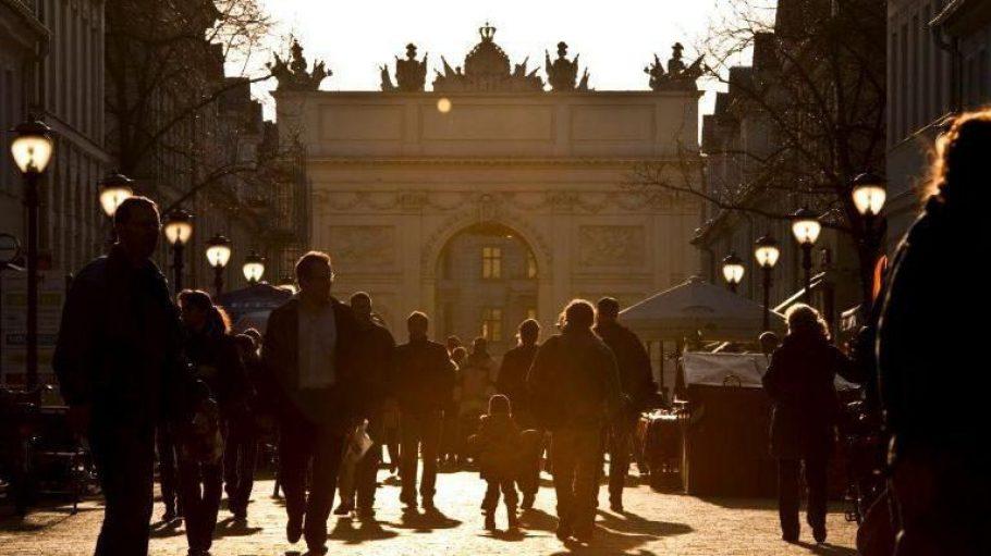 Potsdam cooler als Berlin? Zumindest sonniger! In den vergangenen zehn Jahren (2005-2015) schien die Sonne laut Wetterdienst.de in Potsdam jährlich im Durchschnitt neun Tage mehr als in der Bundeshauptstadt. Und das auch am Brandenburger Tor am Potsdamer Luisenplatz.