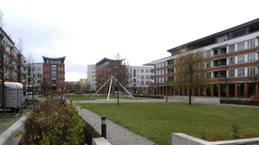 Das Branitzer Karree ist ein in den 1990en fertiggestelltes Neubauprojekt, das mit vergleichsweise hohen Mieten dafür sorgt, dass der umliegende Kiez es zum Berliner Durchschnitt schafft.