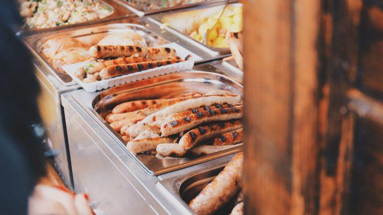 Bratwurst zählt zu den beliebtesten Mensa-Gerichten in Deutschland. Wir wissen, in welchen Kantinen und Mensen man besonders gut luncht.