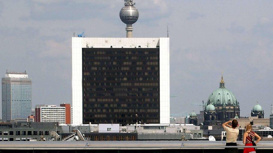 Braune Scheiben, weißer Rahmen. Das Hochhaus des Internationalen Handelszentrums an der Friedrichstraße ist weithin sichtbar - auch erst recht von der Dachterrasse des Reichstagsgebäudes.