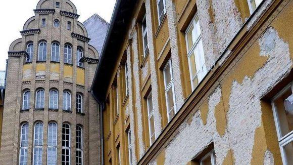 Bröckelnder Putz an der Fassade der Fichtenberg-Oberschule.