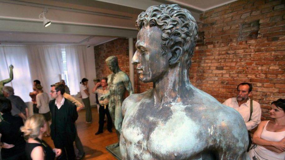 """Der Künstler Arno Breker war der Lieblingsbildhauer Hitlers. Hier seine Skulptur """"Der Wager"""" bei einer Ausstellung in Schwerin. Wo Brekers gerade entdeckten Werke ausgestellt werden sollen, ist strittig."""