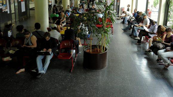 Das lange Warten in Berliner Bürgerämtern soll durch Terminvergabe eingedämmt werden, aber Personalmangel besteht weiter.