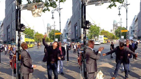 Bürgermeister im Bunde. René Knaak-Reichstein (r.) aus Joachimsthal enthüllt springend das Straßenschild, Reinhard Naumann aus der City West spendet Beifall.