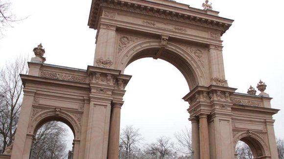Das beeindruckende Eingangstor stammt aus dem 19. Jahrhundert. Es ist an italienische Triumphbögen angelehnt und wurde vor wenigen Jahren restauriert.