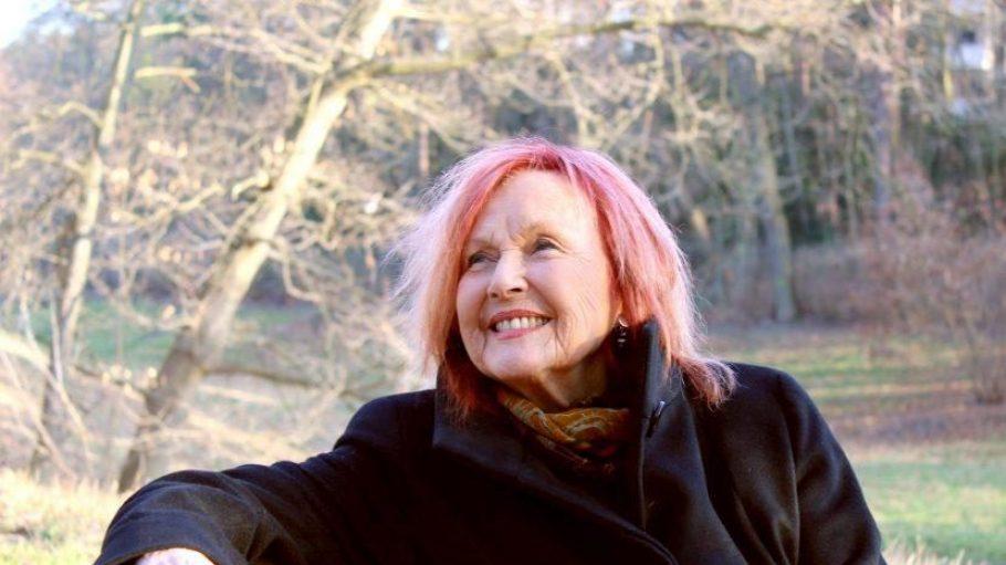 """""""Das Tolle am Nikolassee ist: Man lebt wie auf dem Dorf, ist aber durch die Avus in zehn Minuten in der Stadt ist"""", sagt Schauspielerin und Regisseurin Brigitte Grothum."""