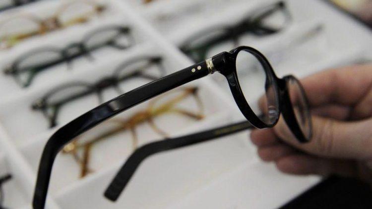 Mit Optik Mobil kommen die Brillen direkt zu Ihnen nach Hause.