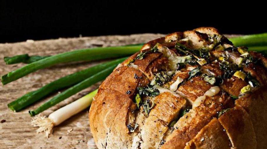 Der ideale Partysnack, vegan und super schnell zubereitet: ein Pull-Apart-Brot mit Olivenöl, Frühlingszwiebeln und veganem Käse.