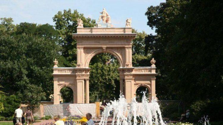 Für Erfrischung an besonders heißen Tagen sorgt der Brunnen im Bürgerpark in Pankow.
