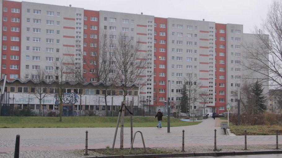 Rot und weiß: die Häuser in der Bruno-Taut-Sedlung sind bunte Farbkleckse im tristen Alltagsgrau.