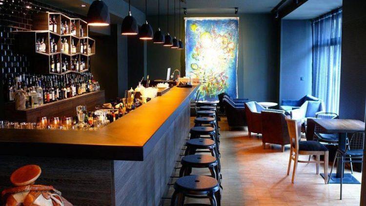 Dunkle Farben dominieren in der neuen Cocktailbar.